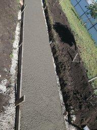 Залитый бетон под дорожку